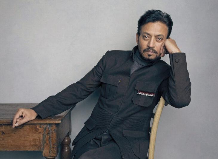 Irrfan Khan sentado en una silla; 13 Famosos que partieron de este mundo en 2020