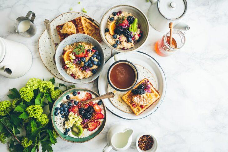 PLatos con avena y topping de frutas frescas; 13 Sitios con deliciosas rectas para cocinar como una chef experta