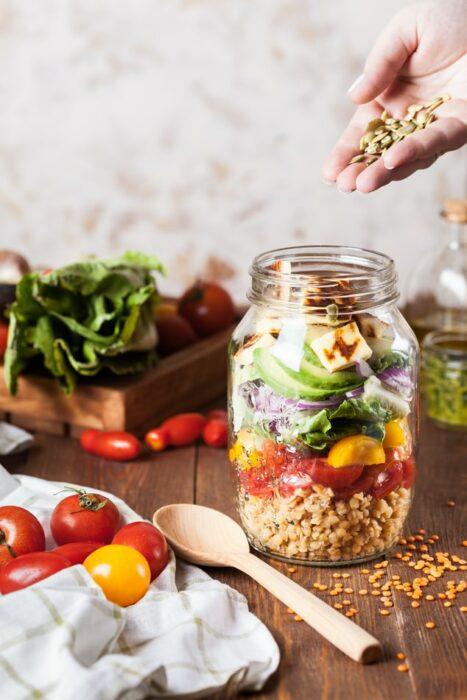 Frasco relleno de semilas con verduras frescas; 13 Sitios con deliciosas rectas para cocinar como una chef experta