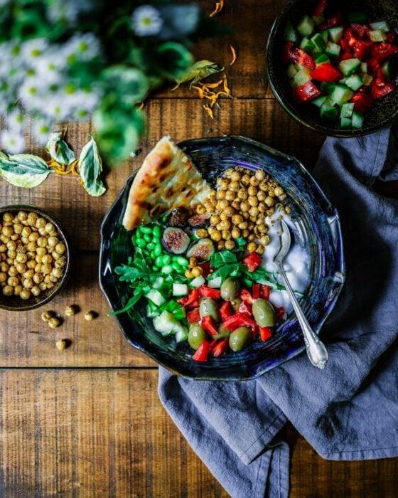 Bowl con rebanadas de pizza, garbanzos y verduras; 13 Sitios con deliciosas rectas para cocinar como una chef experta