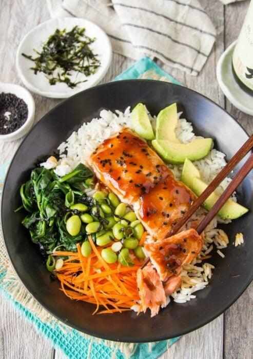 Bowl con arroz blanco, salmón y aguacate; 13 Sitios con deliciosas rectas para cocinar como una chef experta
