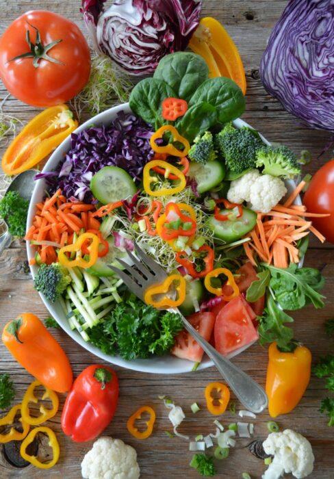 Bowl con ensalada e col morada y pimientos; 13 Sitios con deliciosas rectas para cocinar como una chef experta