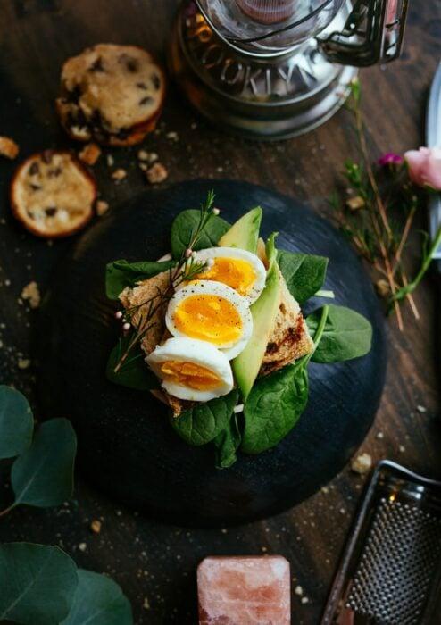 Plato con huevos estrellado para un desayuno; 13 Sitios con deliciosas rectas para cocinar como una chef experta