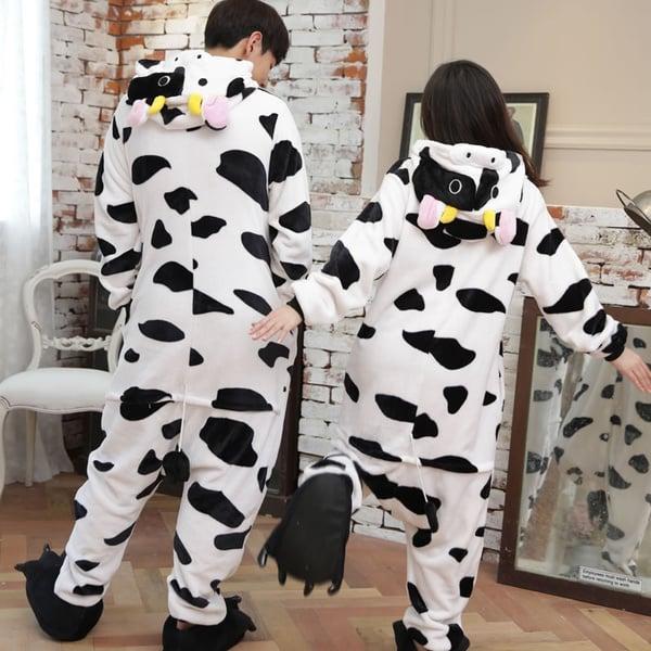 Pareja de novios con pijama de mameluco en forma de vacas; 14 Hermosos pijamas para usar en pareja