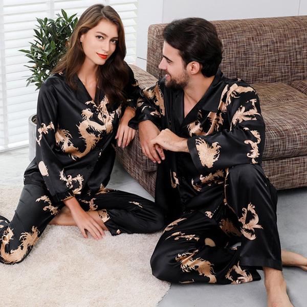 Pareja de novios llevando pijama de satín negro; 14 Hermosos pijamas para usar en pareja