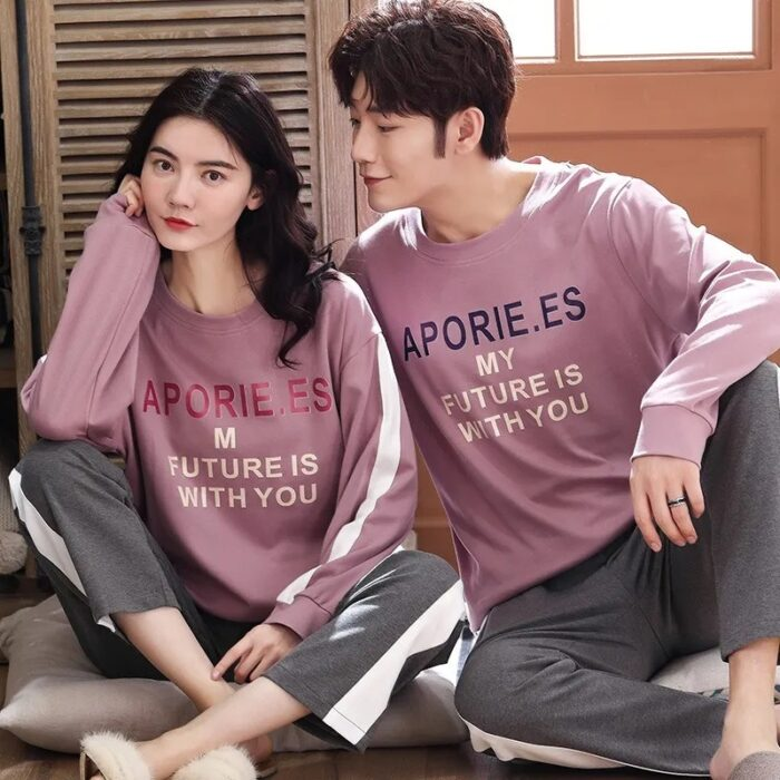 Pareja de novios con pijama a juego en color rosa con gris; 14 Hermosos pijamas para usar en pareja