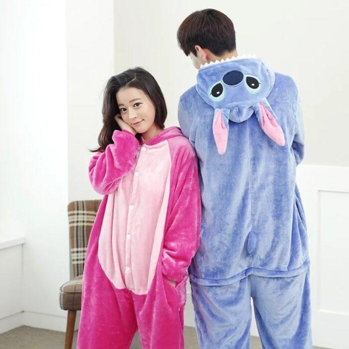 Pareja de novios usando mamelucos en forma de Stitch, rosa y azul; 14 Hermosos pijamas para usar en pareja