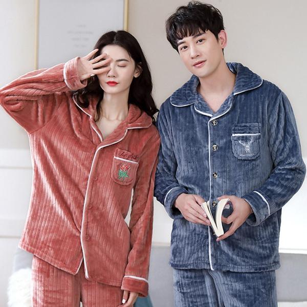 Pareja de novios llevando pijamas a juego de pana; 14 Hermosos pijamas para usar en pareja