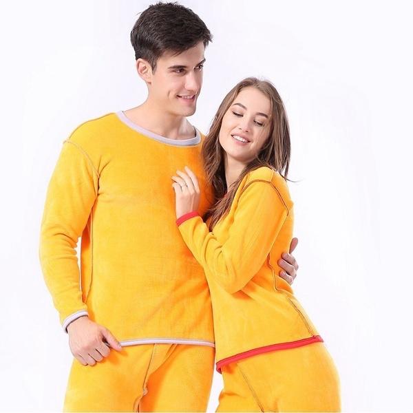 Pareja de novios con pijama a juego en color amarillo mostaza; 14 Hermosos pijamas para usar en pareja