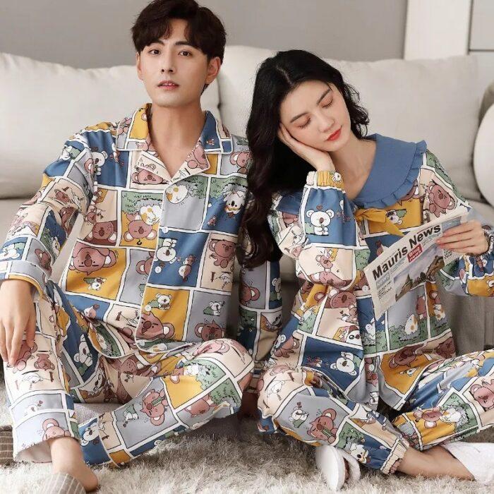 Pareja de novios con pijama a juego en estampados animados; 14 Hermosos pijamas para usar en pareja