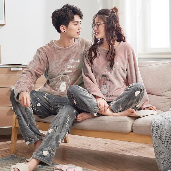 Pareja de novios llevando pijamas a juego en color gria claro y rosa palo; 14 Hermosos pijamas para usar en pareja