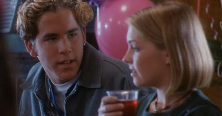 Ryan Reynolds en Sabrina Spellman en la película de televisión Sabrina, la bruja adolescente; 15 Famosos que aparecieron en series y películas y nadie recuerda