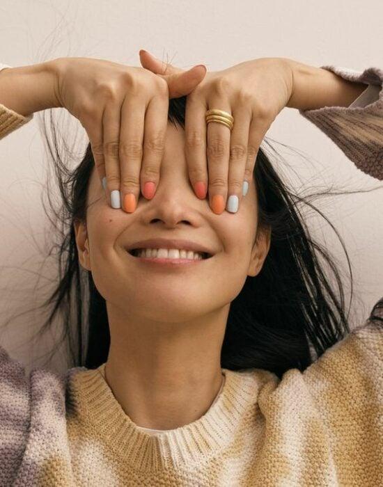 Chica mostrando sus uñas de colores con efecto mate; 19 Manicuras estilo arcoíris a las que no te podrás negar