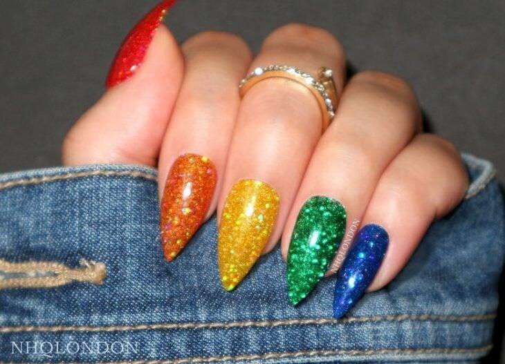 Chica con manicura de colores efecto glitter y en punta; 19 Manicuras estilo arcoíris a las que no te podrás negar