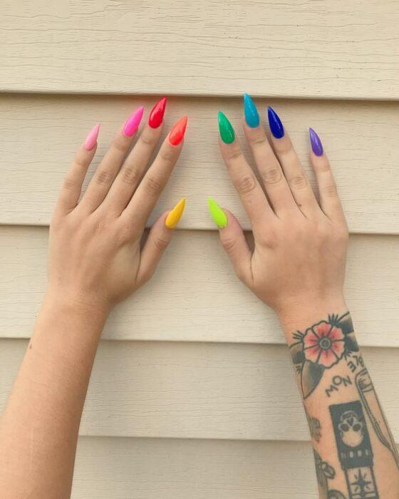 Chica con manicura de colores en efecto fluorescente; 19 Manicuras estilo arcoíris a las que no te podrás negar