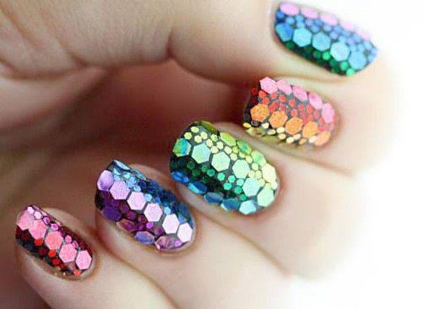 Chica con manicura de colores en efecto sirena; 19 Manicuras estilo arcoíris a las que no te podrás negar