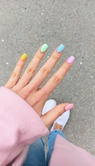 Chica con manicura en tonos pastel; 19 Manicuras estilo arcoíris a las que no te podrás negar