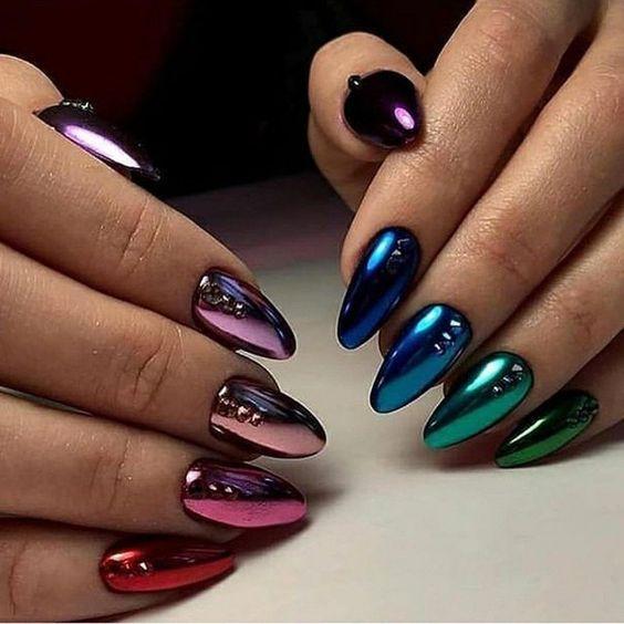 Chica con manicura de colores en efecto metálico y oscuro; 19 Manicuras estilo arcoíris a las que no te podrás negar