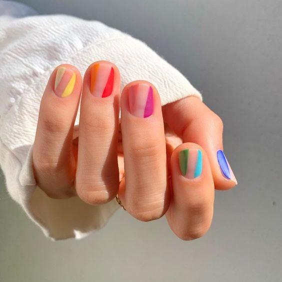 Chica con manicura de cristal y líneas de colores arciíris; 19 Manicuras estilo arcoíris a las que no te podrás negar