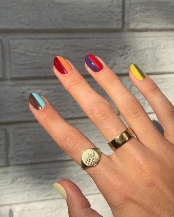 Chica con manicura bicolor; 19 Manicuras estilo arcoíris a las que no te podrás negar
