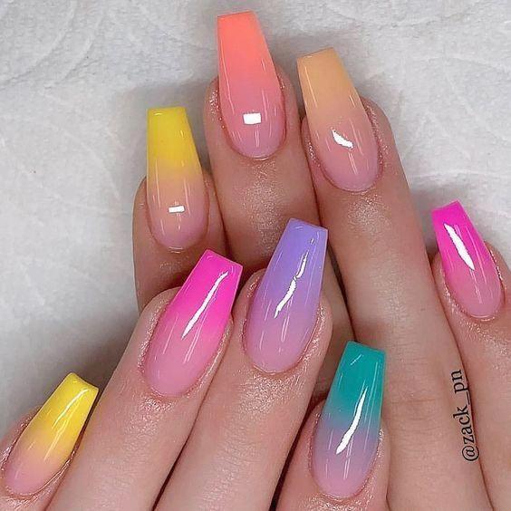 Chica con manicura de colores con efecto degradado; 19 Manicuras estilo arcoíris a las que no te podrás negar