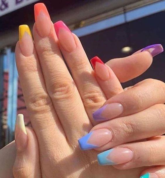 Chica con manicura cristal y detalles en punta de colores; 19 Manicuras estilo arcoíris a las que no te podrás negar