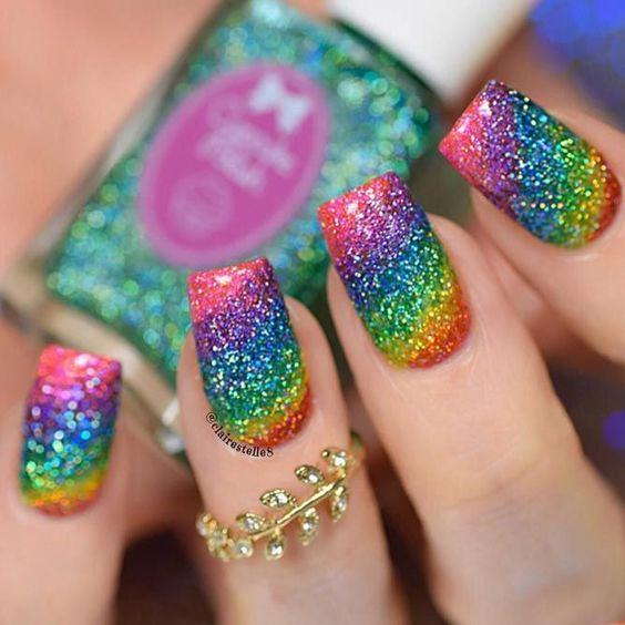 Chica con manicura arcoíris en efecto glitter; 19 Manicuras estilo arcoíris a las que no te podrás negar