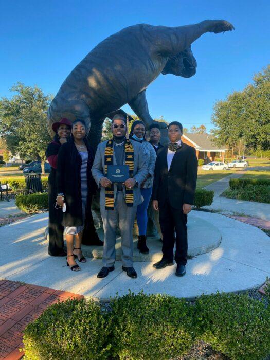 Tyra Muhammad en la graduación de uno de sus hijos, junto a los otros cuatro