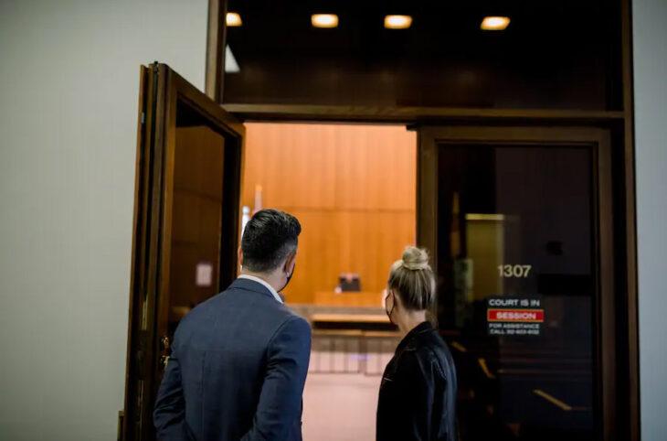 Emily Bugg y Billy Lewis entrando a la corte de Chicago para si boda por el civil