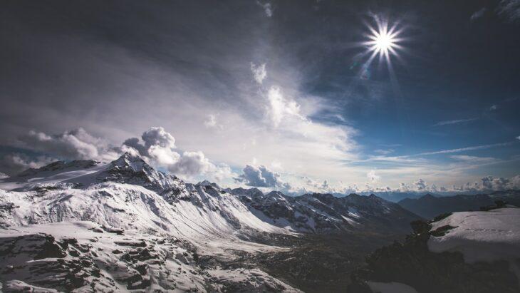 Zona montañosa iluminada por la luz de una estrella