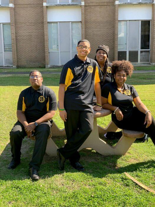 Tyra Muhammad y sus tres hijos que estudian en la misma universidad que ella