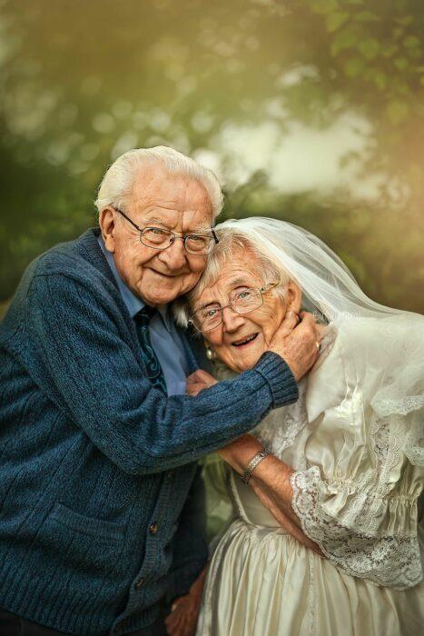 Fotografía de Sujata Setia, donde están Mel y Vera abrazándose y sonriéndo