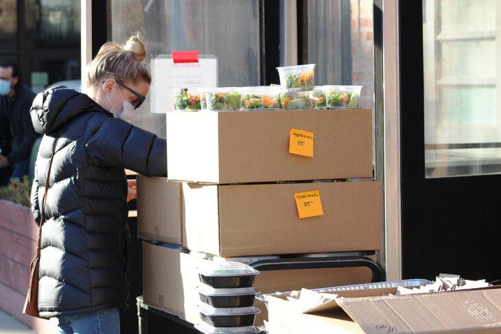 Emily Bugg entregando comida a los más necesitados en el Día de Acción de Gracias