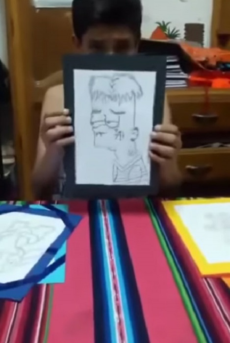 Mateo mostrando sus dibujos a la cámara