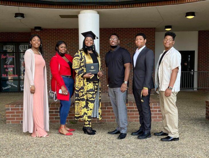 Tyra Muhammad y sus hijos el día de su graduación