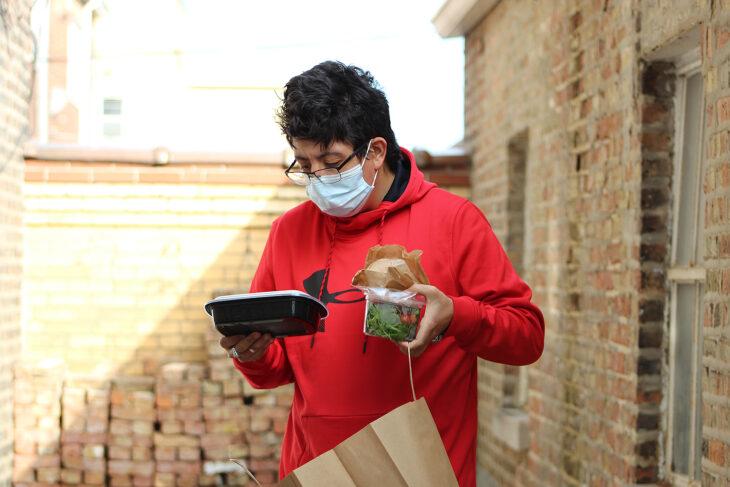 Mujer recibiendo un platillo el día de acción de gracias