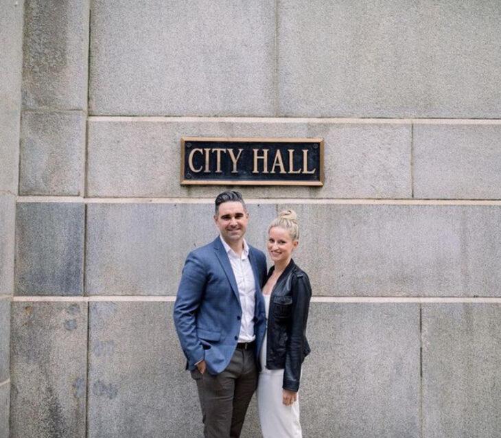 Emily Bugg y Billy Lewis después de su boda por el civil