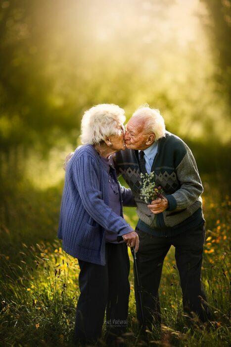 Fotografía de Sujata Setia, donde están Mel y Vera dándose un beso