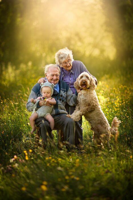 Fotografía de Sujata Setia, donde están Mel y Vera cargando a uno de sus nietos y con su perro