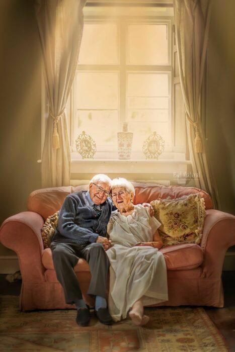 Fotografía de Sujata Setia, donde están Mel y Vera sentados en un sofá color rosa palo