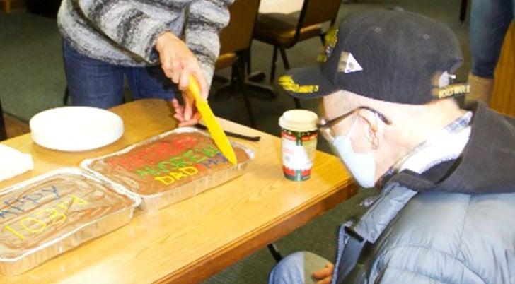 Andrew Slavonic celebrando su cumpleaños con una pastel casero