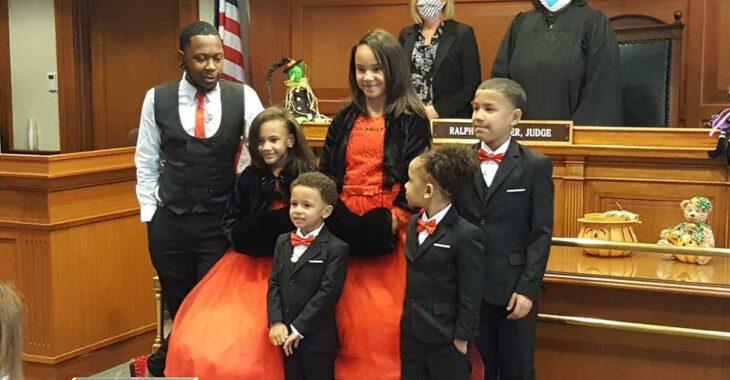 Hombre en la corte después de haber adoptado a 5 hermanos