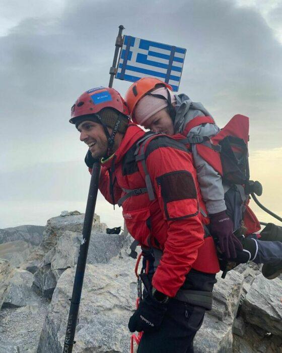 Alpinista cargando en la espalda a una chica con discapacidad movil