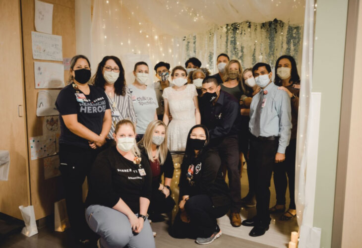 Pareja se casa en hospital gracias a enfermeras; esposos recién casados con invitados de su boda