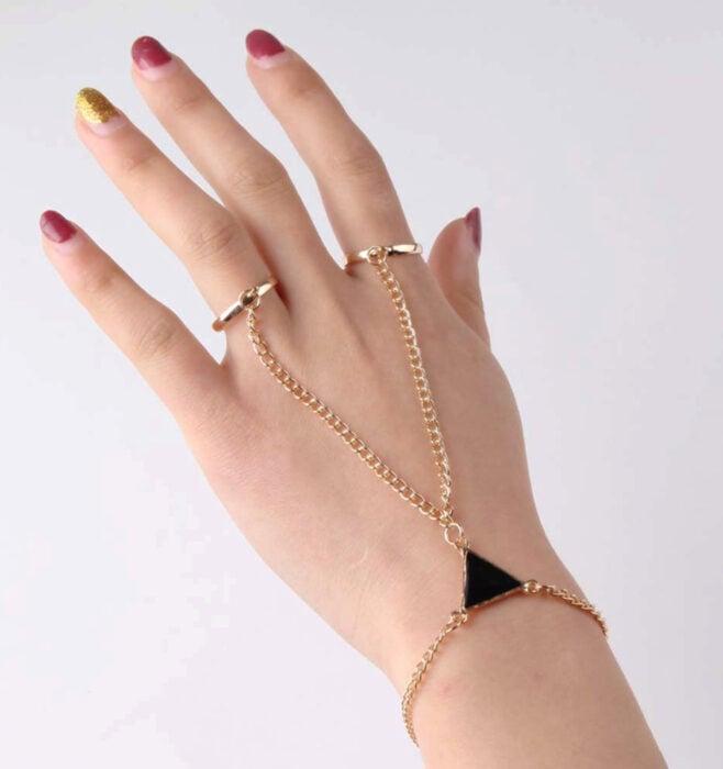 Brazalete dorado para las manos de cadenas con anillos y triángulo negro