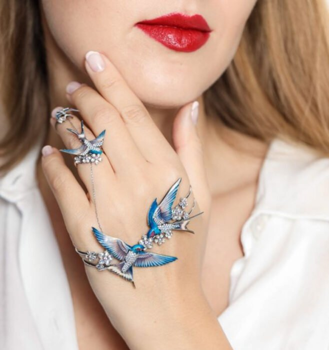 Bracelet for the hands, in the shape of blue swallows