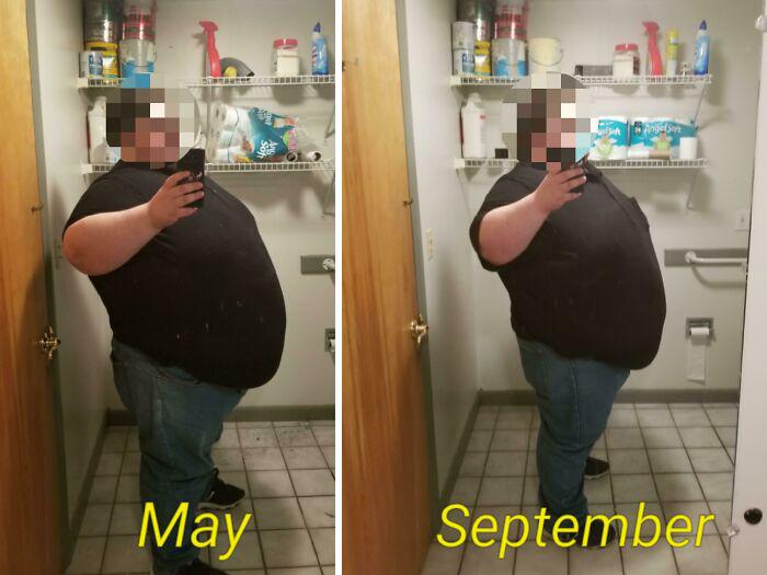 Antes y después de perder peso hombre blanco tomándose selfie frente a espejo con jeans y camisa negra de manda corta