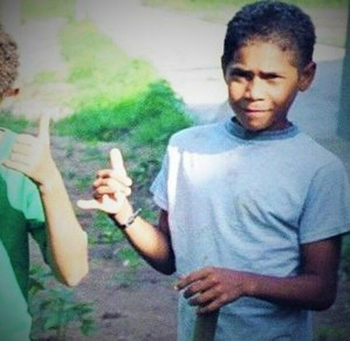 Carlos a los seis años usando una playera blanca