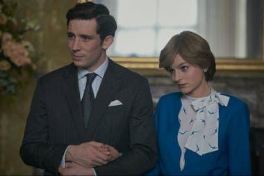 Escena de 'The Crown' temporada cuatro, en la que aparecen el príncipe Carlos y Lady Di