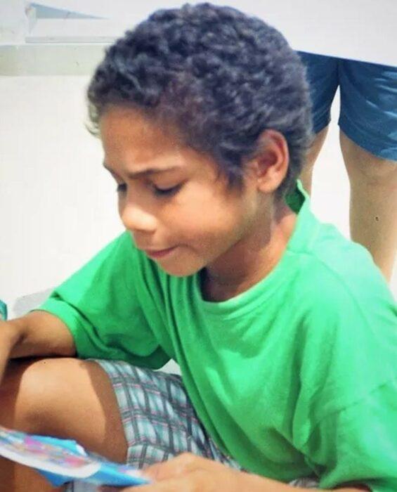 Carlos a los seis, usando una playera verde